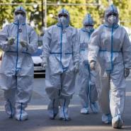 Mitarbeiter des Gesundheitswesens in Corona-Schutzanzügen am 23. September in Wien.
