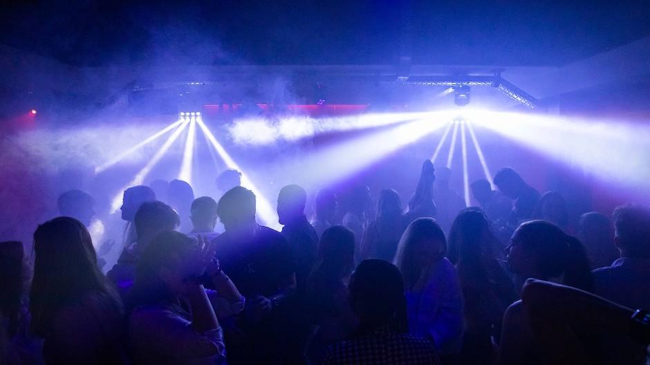 Junge Menschen in einem Frankfurter Club: Manche verhalten sich so, als sei die Pandemie vorbei.