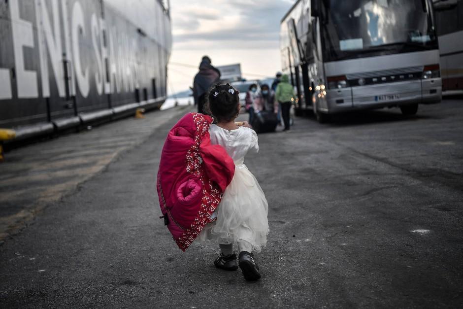 Etwa 400 Flüchtlinge und Migranten werden von dem überfüllten Insellager Lesbos auf das Festland gebracht, um eine mögliche Gesundheitskrise inmitten des Coronavirus-Ausbruchs zu verhindern.