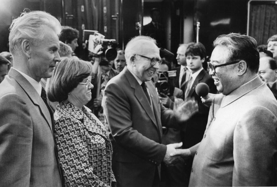 Hans Modrow (l.) 1984 als SED-Bezirksleiter in Dresden. Zusammen mit der damaligen DDR-Chefdolmetscherin Helga Picht begrüßt er Nordkoreas Diktator Kim Il-sung.