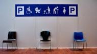 Stühle stehen für gehbehinderte, alte und schwangere Menschen in einem Wartebereich des Offenbacher Impfzentrums am Dienstag.