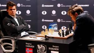 Magnus Carlsen (l.) und Sergey Karjakin bei der Schach-WM in New York.