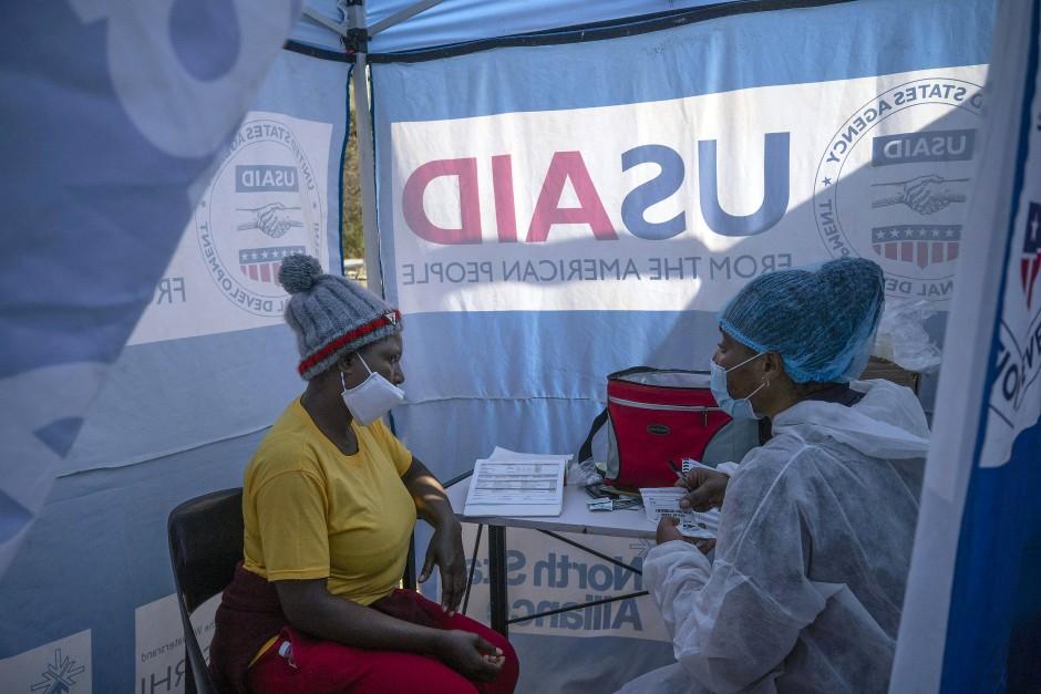 Beratung unter Corona-Bedingungen: Eine Krankenschwester im südafrikanischen Ort Ngodwana unterhält sich mit einer HIV-positiven Patientin.