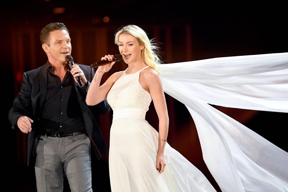 Anna-Carina Woitschack und Stefan Mross haben sich das Jawort ebenfalls live in einem Fernsehstudio gegeben.
