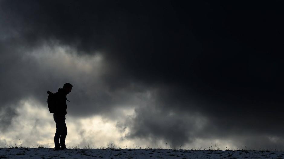 In der dunklen Jahreszeit geraten manche Menschen eher in eine niedergeschlagene Stimmung.