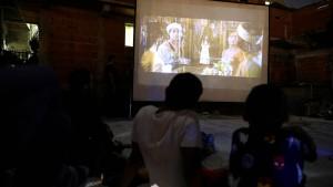 Kinder in Venezuela gucken Filme auf dem Dach