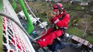 Die Frankfurter Feuerwehr trainiert hier Höhenrettung auf einer Achterbahn. In Schottland krachte die Bahn herunter – da konnte keiner mehr eingreifen.