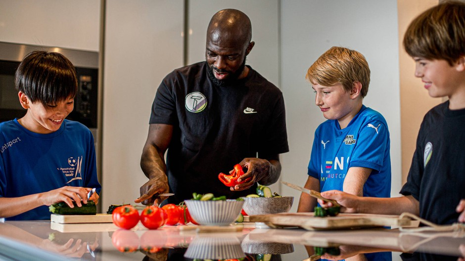 Vorsprung durch Gemüse: Hans Sarpei zeigt dem Fußball-Nachwuchs die Früchte guter Ernährung.
