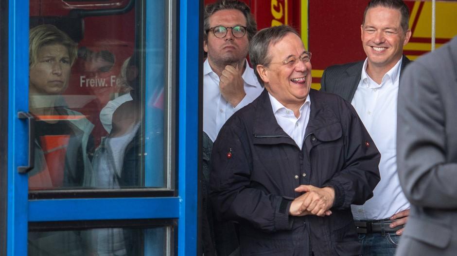 Am 17. Juli in Erftstadt: Armin Laschet ist lachend zu sehen, während Bundespräsident Frank-Walter Steinmeier ein Pressestatement gibt.