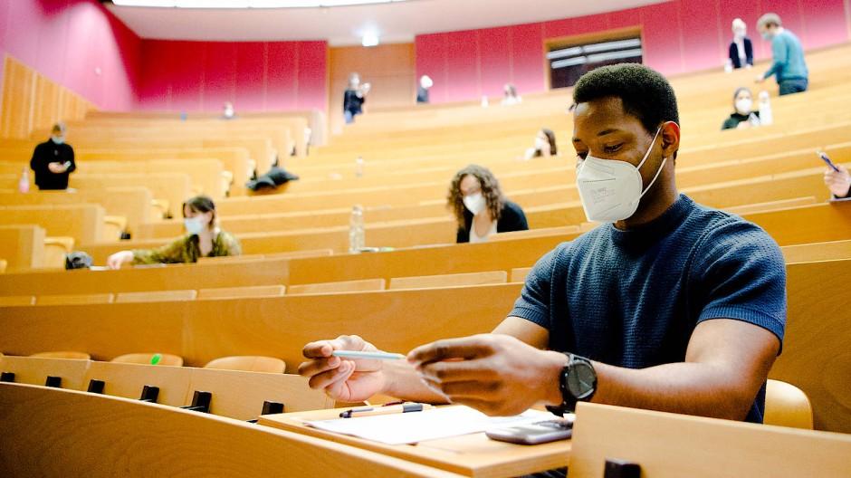 Sicher ist sicher: FFP2-Masken sind in der Pharmazieklausur nicht vorgeschrieben, trotzdem werden sie von vielen Studenten getragen.