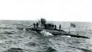 Angetreten zum Fototermin! Ein deutsches U-Boot mit Besatzung. April 1917.