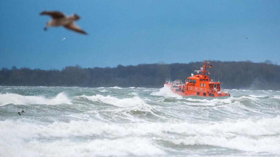 Sturm an der Ostsee: Ein Lotsenboot fährt durch die Wellen (Archivbild).