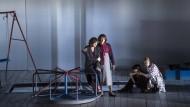"""Frauenthemen: """"Tri Sestry"""" (Drei Schwestern) von Peter Eötvös an der Oper Frankfurt."""