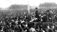 Demokraten protestieren 1910 in Berlin gegen das Dreiklassenwahlrecht. Dessen Ende stellte Wilhelm II. in seiner sogenannten Osterbotschaft in Aussicht.