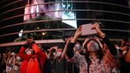 Japaner halten am 8. August 2021 das Feuerwerk der Abschlussfeier der Olympischen Sommerspiele mit Fotos fest.