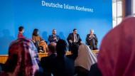 In, aus und für Deutschland:Nazan Gökdemir, Serap Güler, Bülent Ucar, Aiman Mazyek und Horst Seehofer.