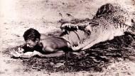 """""""Ich schreibe wo immer ich kann"""". Zum Beispiel im Maul eines Krokodils am Lake Rudolph in Kenia, 1965"""