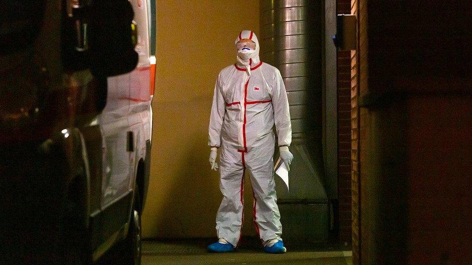 Ein Mensch in Schutzkleidung vor einem der Krankenhäuser in der italienischen Provinz Codogno, die stark von dem Coronavirus betroffen ist.