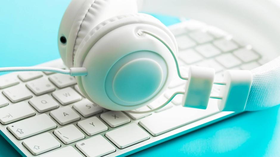 PC, Tastatur, Kopfhörer: Lässt sich so auch gut lernen?