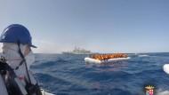 Die italienische Marine rettet in Seenot geratene Flüchtlinge.