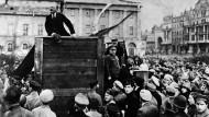 Wladimir Illjitsch Lenin spricht 1917 in Petersburg. Sein radikaler Kurs fand im Arbeiterrat zunächst wenig Zustimmung.