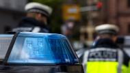 Bei einer Kontrolle wurde der Polizei in Frankfurt zuvor beschlagnahmte Drogen aus dem Streifenwagen geklaut. (Symbolbild)