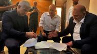 Die Parteiführer Jair Lapid, Naftali Bennett und Mansour Abbas bei der Unterzeichnung ihrer Vereinbarung am 2. Juni in Ramat Gan