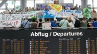 Nur nicht abheben: Fridays for Future am Stuttgarter Flughafen