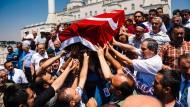 In Istanbul werden die Opfer des Putschversuchs beerdigt.