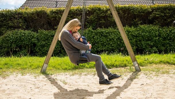 Mutter zu werden kostet Frauen ein Vermögen
