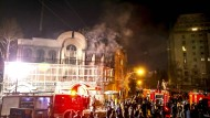 Aus der saudischen Botschaft in Teheran steigt Rauch auf.