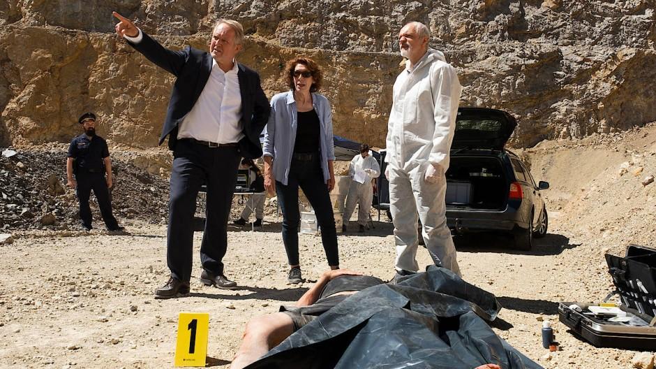 Von dort oben ist er heruntergestürzt: Moritz Eisner (Harald Krassnitzer) und Bibi Fellner (Adele Neuhauser) am Fundort der Leiche. Der Rechtsmediziner (Günter Franzmeier, rechts) ist auch schon da.