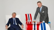 König des Kunststoffs: Kartell-Chef Claudio Luti mit Geschäftspartner Lapo Elkann, der Klebeüberzüge für Autos herstellt – neuerdings auch für Möbel.
