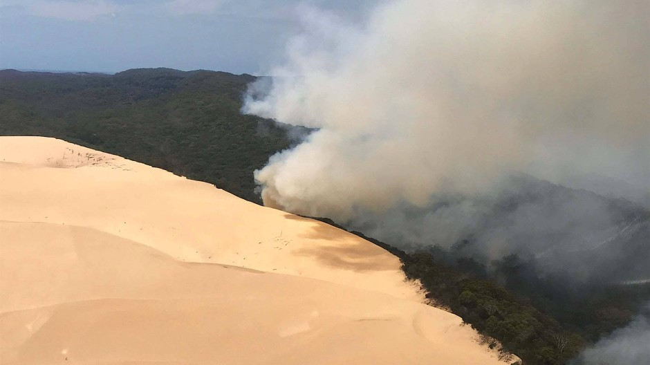 Rauch steigt auf aus einem Waldgebiet auf Fraser Island. Aufgrund von massiver Buschfeuer sollen Besucher der Insel fernbleiben.