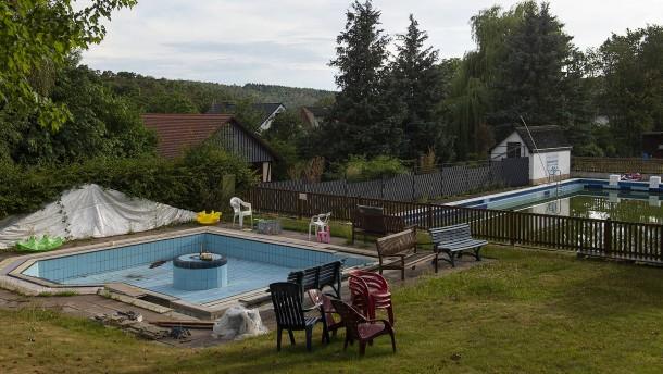 Ein Schwimmbad und sein Dorf