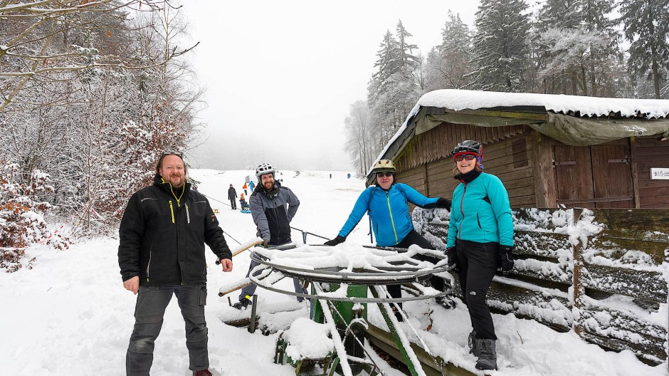 Freunde des Skilifts: Dieter Schöpp, Sebastian Hollunder, Kai-Uwe und Karin Müller (v.l.) mögen den Wintersport fast vor der Haustüre.