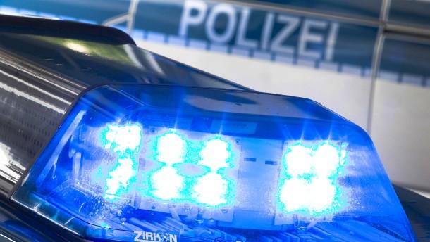 Spaziergängerin findet skelettierten Arm - S-Bahn mit Steinen beworfen