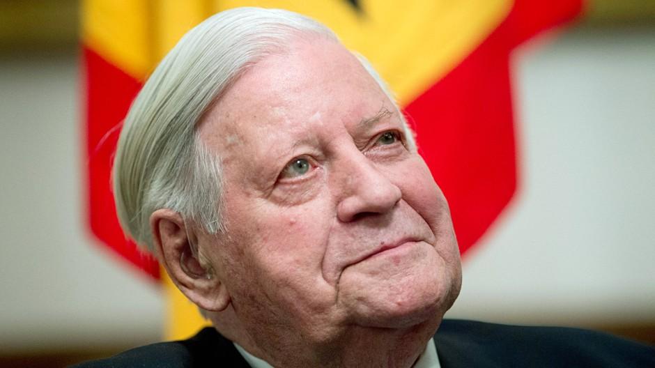 Helmut Schmidt lobt das Vorgehen der Bundeskanzlerin Angela Merkel mit Blick auf die Krise in der Ukraine