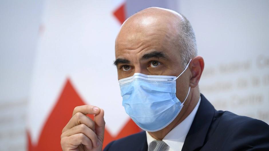 """Spricht von """"mutigen"""", aber nicht """"übermütigen"""" Öffnungsschritten: der Schweizer Gesundheitsminister Alain Berset am Mittwoch in Bern"""
