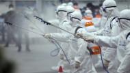 Soldaten im Desinfektionseinsatz gegen die Pandemie in Südkorea.