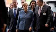 Hält Trumps Zölle für unzulässig: Kanzlerin Merkel mit Spitzenvertretern der Wirtschaft in München