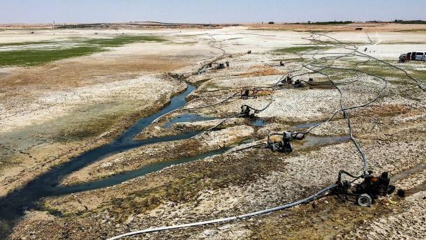 Dem Fluss Euphrat geht das Wasser aus