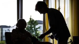 Kritik von allen Seiten an der Pflegereform