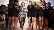 Motto Frauenpower: Die Designerin Marina Hoermanseder lässt sich nach der Schau mit ihren Models feiern