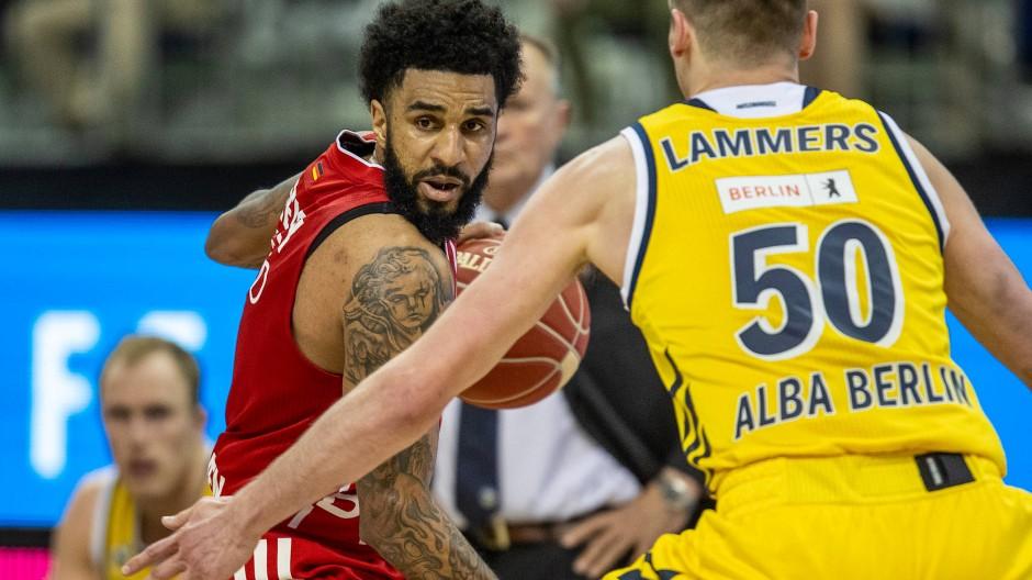 D. J. Seeley von Bayern München kämpft gegen Albas Ben Lammers um den Ball.
