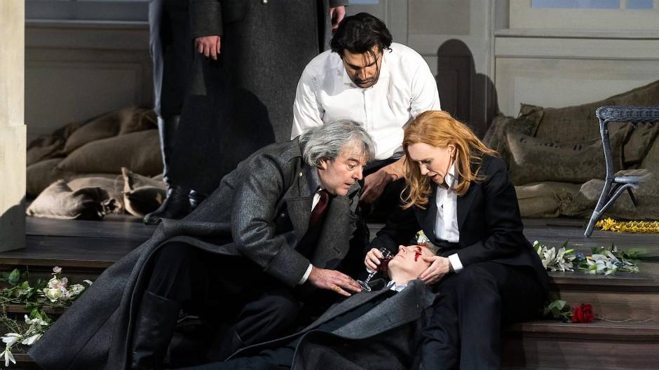 Wein, Blut und Blumen: Ivan Inverardi, Jonathan Tetelman und Sara Jakubiak (von links nach rechts) beugen sich über Charles Workman.