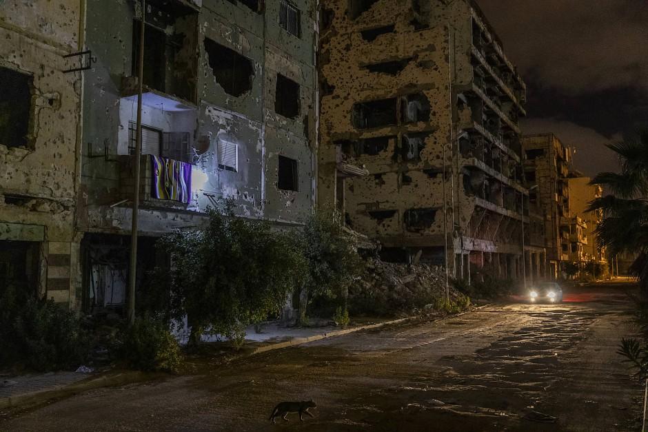 Nur wenige Menschen trauen sich nach den Jahren des Krieges in die gefährlichen Hausruinen von Bengasis Altstadt im Osten Libyens zurück.