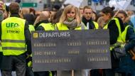 Lautstarker Protest: Gewerkschaftsmitglieder am Freitag vor der Lufthansa-Zentrale am Frankfurter Flughafen.