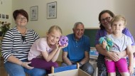 Die Patengroßeltern Monika (1.v.l.) und Bernd Herzog (3.v.l.) kümmern sich gerne um die beiden Kinder von Christiane Reda (4.v.l.).