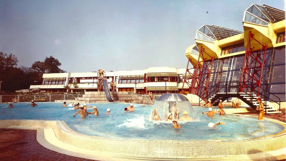 Was ist im Jahr 1983 besonders ostberlinisch an dem Außenschwimmbecken des Sport- und Erholungszentrums Berlin?